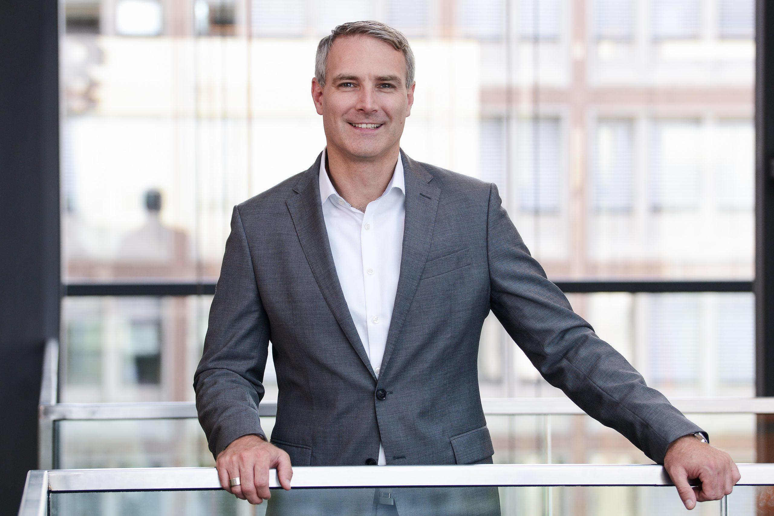 Wie baut man einen Unternehmens-Newsroom? Interview mit Grischa Brower-Rabinowitsch – Leiter externe Kommunikation und Themenmanagement R+V Versicherung